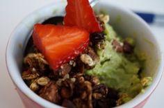 Raw yoghurt lavet på tre ingredienser - gode fedtsyrer, gode kulhydrater og en fantastisk smag samt farve - bl.a. med avocado.