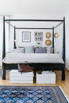 Vanhempien makuuhuoneessa huomion vie ehdottomasti upea pylvässänky. Sänky on miehen joululahja Päiville, ja ostettu silloin, kun perhe asui Indonesiassa.