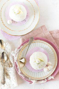 De la meringue, de la chantilly et des framboises dans ces merveilleux revisités et enrobés de noix de coco -- par confit banane le blog Meringue, Pavlova, Macarons, Sweet Tooth, Plates, Tableware, Desserts, Wedding Dress, Food