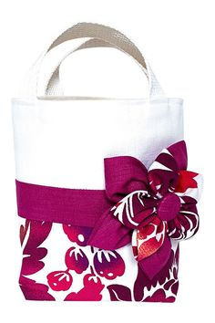 Baby needs a beach bag, too! Outfit your little girl so she's ready to show off her mini-me style. This white linen, tropical print, and fuchsia tote is exactly what she needs to complete her first or