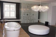 combinatie hout , antraciet tegels en mozaiek geven een chique en stijlvol resultaat