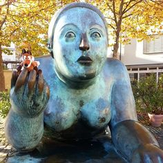 Wanna #catch a #cold, #girl? It's #autum! Where's your #jacket? #Bamberg #Heumarkt #square #Altstadt #oldtown #sculpture #art #kunst #bronzeplastik #botero #fernandobotero #busty #artwork #expensive #fox #bambergporn #livingthefranconiandream