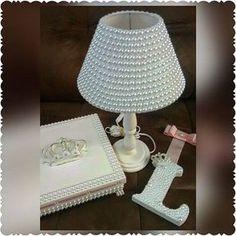 Lindo kit para uma linda princesa que vai chegar!!!! Caixa porta laço, abajur em pérolas e porta maternidade (Tema Coroa) #kithigiene #portamaternidade #abajur #abajuremperolas #perolas #caixadecorada #caixapersonalizada #princesa #quartodemenina #quartodebebe #enxovaldebebe