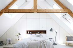 komfortables Schlafzimmer  auf dem Dachboden  hohes Schrägdach  viel natürliches Licht