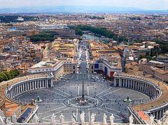 La Plaza de San Pedro es una de las plazas más bonitas y grandes del mundo. Se encuentra situada en El Vaticano, a los pies de la Basílica de San Pedro. Las dimensiones de la plaza son espectaculares: 320 metros de longitud y 240 metros de anchura. En las liturgias y acontecimientos más destacados la Plaza de San Pedro ha llegado a albergar más de 300.000 personas. La construcción de la plaza se llevó a cabo entre 1656 y 1667 de la mano de Bernini, con el apoyo del papa Alejando XII.