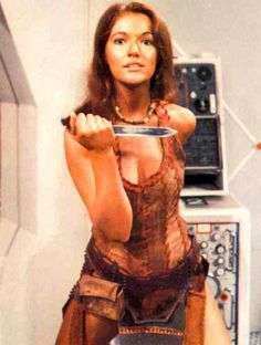 Louise Jameson as Leela on Doctor Who (the Tom Baker years). Would love to see a companion cage match with old Amy Pond. 4th Doctor, Doctor Who Companions, William Hartnell, New Memes, Funny Memes, Time Lords, Elvis Presley, Most Beautiful Women, At Least