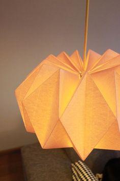 J'adore cette  lampe façon origami ! Tout fait, ça coute très cher, mais grâce à ce tuto, il ne vous faudra que quelques feuilles de ...