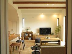 オーク材のフローリングにナチュラルカラーの家具とブラック色をアクセントカラーとしたコーディネートをご紹介!ベンチをリビングテーブルとして提案し、リビングテーブルをダイニングベンチとなるように提案。