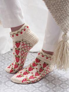 Novita wool socks with a cute strawberry pattern are made of Novita Venla. #novitaknits #woolsocks #knitting #knit #villasukat #raggsockor www.novitaknits.com