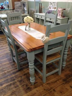 Ideas for Painting Kitchen Table Chalk Painted Dining Tables Grey Gloss Kitchen, Grey Painted Kitchen, Painted Kitchen Tables, Kitchen Table Chairs, Small Kitchen Tables, Farmhouse Dining Room Table, Table And Chairs, Armchair Table, Wooden Kitchen