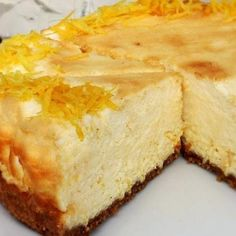 Aprende a preparar tarta de limón y leche condensada con esta rica y fácil receta.  Hoy toca hacer tartas caseras y qué mejor que empezar con la clásica de limón. Si...
