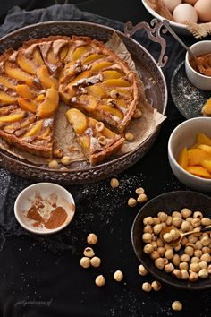 Tarta z orzechami laskowymi i brzoskwiniami - Justyna Dragan Apple Pie, Vegan, Food, Essen, Meals, Vegans, Yemek, Apple Pie Cake, Eten