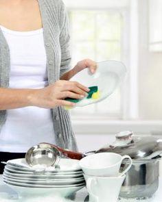 Cómo hacer lavavajillas casero. 2 tazas de vinagre blanco6 tazas de agua1 taza de jabón rallado (jabón natural, de glicerina, jabón puro...)Zumo o jugo de un limón4 cucharadas de bicarbonato de sodioUn puñado de sal gorda, hervir y listo.  Sigue leyendo:http://hogar.uncomo.com/articulo/como-hacer-lavavajillas-casero-34104.html#ixzz3cJMBUUTV