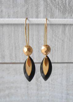 Boucle d'oreille doré, sequin émaillé noir et perle en verre