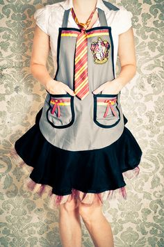 Harry potter Hogwarts uniform apron tutorial- WANT Sewing Patterns Free, Free Sewing, Apron Patterns, Sewing Ideas, Harry Potter Day, Mode Geek, Costume Carnaval, Apron Tutorial, I Love Diy