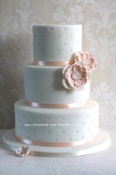 Blanco y durazno junto flores de azúcar para decoración de torta de boda. #TortasVintage