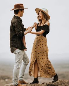boho outfit trends for couples. simple outfit ideas for photoshoot. Engagement Photo Outfits, Engagement Photo Inspiration, Engagement Couple, Engagement Session, Engagements, Hipster Engagement Photos, Casual Engagement Outfit, Engagement Ideas, Boho Outfits