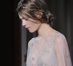 Valentino runway hair -- the messy bun is a great look with a more elegant dress. Runway Hair, Valentino Couture, Hair Styles 2014, Couture Details, Fashion Details, Russian Fashion, Russian Style, Hair Pieces, Her Hair