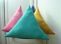Coussin+triangle+en+lin+lavé+menthe+claire+:+Textiles+et+tapis+par+le-bazar-creations