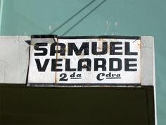 Cacería Tipográfica N° 228: Señal pintada a mano en la segunda cuadra de la calle Samuel Velarde, Umacollo, en Arequipa.