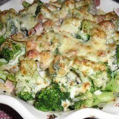 Hozzávalók: 1 kg brokkoli rózsáira szedve 3 gerezd fokhagyma 30 dkg füstölt sonka 4 dkg vaj 4 dl tej 1 púpos evőkanál liszt 10 dkg reszelt sajt só borsikafű szerecsendió Elkészítés: A…