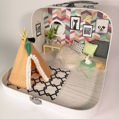 Little retro travel dollhouse 😊🙌👌I made this travel dollhouse for a bir. Little retro travel dollhouse 😊🙌👌I made this travel dollhouse for a birthday gift and all I knew was that the little girl loves cats, dogs,… Modern Dollhouse, Diy Dollhouse, Dollhouse Miniatures, Miniature Crafts, Miniature Dolls, Miniature Houses, Barbie Furniture, Dollhouse Furniture, Mini Doll House