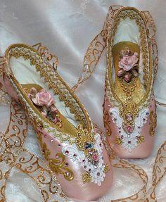 PAR de rosa y oro decoradas zapatos de pointe.  Sugarplum