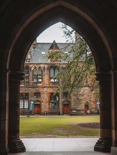 If you want to know where Harvard University in Outlander was filmed, it was in Glasgow! Here's a complete University of Glasgow Outlander location guide Places In Scotland, Scotland Travel, Diana Gabaldon, Glasgow University, Harvard University, Outlander Locations, Outlander Film, Glasgow Scotland, Filming Locations