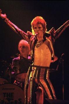 Mick Ronson and David Bowie in Ziggy Stardust. Bowie Ziggy Stardust, David Bowie Ziggy, Glam Rock, Beatles, David Bowie Fashion, Mario E Luigi, Ziggy Played Guitar, Moonage Daydream, Mick Ronson