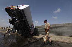 Бензовоз, врезавшийся в ограду моста. Карачи, Пакистан. Фото: Reuters