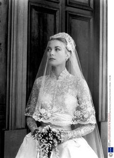 Grace Kelly- Princess Grace of Monaco on her wedding day. Dress designed by Helen Rose Princesa Grace Kelly, Grace Kelly Wedding, Helen Rose, Dream Wedding, Wedding Day, Wedding Bride, Royal Weddings, Vintage Weddings, Vintage Hairstyles