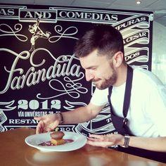 El Chef del restaurante Farándula, el televisivo Daniel Yranzo termina un delicioso postre de salsa de frambuesa, chocolate, bizcocho y menta #zaragoza