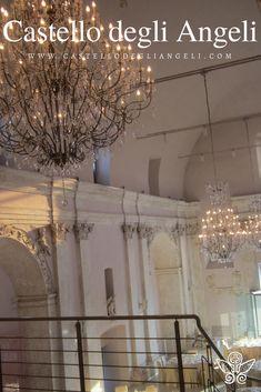 Castello degli Angeli è Location per Eventi, la sua sala principale è completamente restaurata e ricca di preziosi dettagli. #castellodegliangeli #location #eventi #lampadario