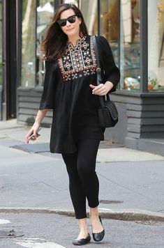 Liv Tyler Glows in All-Black Outfit Three Weeks After Giving Birth Pakistani Fashion Casual, Pakistani Dresses Casual, Pakistani Dress Design, Indian Fashion, Kurta Designs, Short Kurti Designs, Kurti Designs Party Wear, Dress Designs, Tunic Designs