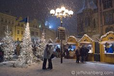 Google Image Result for http://www.myczechrepublic.com/photos/d/467-3/christmas-kiss-old-town-square