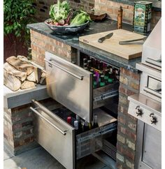 This outdoor kitchen set-up keeps beer and other refreshments at the ready with refrigerated drawers. The post This outdoor kitchen set-up keeps beer and other refreshments at the ready with appeared first on aubenkuche. Backyard Kitchen, Outdoor Kitchen Design, Backyard Patio, Outdoor Kitchen Plans, Backyard Barbeque, Simple Outdoor Kitchen, Small Outdoor Kitchens, Desert Backyard, Indoor Outdoor Kitchen