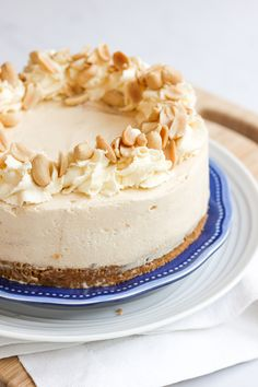 Frozen Peanut Butter Cheese Cake Recipe - Delicious dessert made with cream cheese and peanut butter on a buttery biscuit base. The perfect pudding to finish any dinner! Baked Cheesecake Recipe, Peanut Butter Cheesecake, Cheesecake Bars, Köstliche Desserts, Delicious Desserts, Dessert Recipes, Chocolate Chip Cookies, Chocolate Cake, Flan