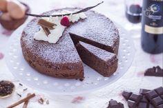 La torta al vino rosso è un dolce soffice, profumato e speziato con polvere di cannella e chiodi di garofano, cacao, cioccolato fondente e vino rosso.