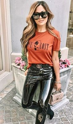 My pin of a beautiful girl wearing clothes of latex/pvc/vinyl etc. Legging Outfits, Leder Outfits, Spanx Leather Leggings, Leather Pants Outfit, Vinyl Leggings, Leggings Are Not Pants, Pvc Leggings, Sexy Outfits, Pantalon Vinyl