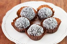Super Healthy Coconut Truffles: 1/4 cup toasted old fashioned oats 1/2 cup natural peanut butter 2 T. unsweetened cocoa 1/4 c chopped bittersweet chocolate 1 t. vanilla 3 T. honey 2 T. unsweetened coconut flakes   #IdealShape   #MyIdeal   #HealthyRecipes   #Coconut   #Chocolate   #PeanutButter   #Truffles