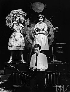 Otto Stupakof, durante ensaio de moda para a Rhodia, fotografado por assistente, c. 1958. São Paulo, SP.