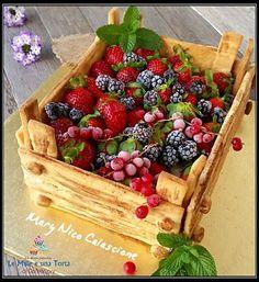 -Le Mille e una Torta di Dany&Lory- TORTA CASSETTA DI FRUTTI ROSSI Una torta davvero spettacolare, sembra difficile ma è facilissima. Perfetta se volete stupire i vostri ospiti! Cassetta di frolla farcita con base morbida e Camy cream, decorata con tanti frutti rossi. RICETTA DI: MARY NICO CALASCIONE Stampo 21×28 cm Ingredienti: per la Base…