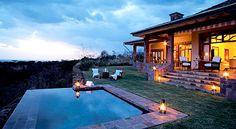 Singita Grumeti Reserves - As 28 tendas são conhecidas pela excelente atmosfera e a decoração remete ao estilo dos anos 20. Um programa imperdível: virar a noite num safári a cavalo pelo Parque Nacional de Serengeti. Diária a partir US$ 2.100, para duas pessoas.