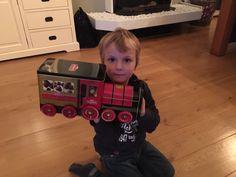 Pepijn is super blij met pa's kerstpakket in de vorm van een trein