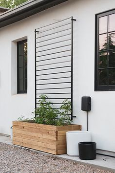 This modern DIY trellis is made from an in-stock fence panel! In just 5 steps you can have this ready for your favorite climbers! Backyard Projects, Backyard Patio, Backyard Landscaping, Patio Fence, Planters On Fence, Planter Box With Trellis, Modern Planters, Modern Landscaping, Diy Projects