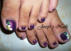 uñas de los pies en tono oscuro con flores #uñas #clasicas #pies