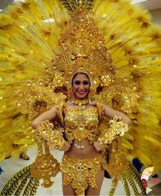Traje de carnaval inspirado en el Altar de Oro, hecho con plumas y pedrería a mano.