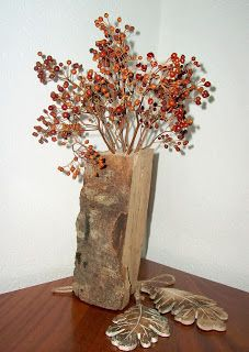 Herbstgesteck auf Holzscheit