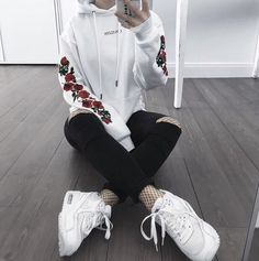 44 Best Gorgeous And Eye-catching Fall And Winter Outfits Match For School In This Year 👖 - School Outfit Design 10 💕𝕴𝖋 𝖀 𝕷𝖎𝖐𝖊, 𝕱𝖔𝖑𝖑𝖔𝖜 𝖀𝖘! 💕 💞 💞 💞 💞 💞 💞 💞 💞 Everythings about fall and winter school outfits ideas for you! Grunge Outfits, Winter Outfits, Casual Outfits, Fashion Outfits, Fashion Trends, 90s Fashion, Fashion Mode, Sport Fashion, Style Fashion