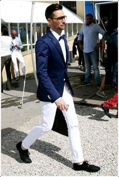 Perfect the smart casual look in a dark blue blazer and white chinos. Black woven leather derby shoes will instantly smarten up even the laziest of looks. White Pants Men, White Chinos, White Trousers, Blazer Outfits, Blazer Suit, Suit Jacket, Costume Marie Bleu, Pantalon Bleu Marine, Latest Mens Fashion
